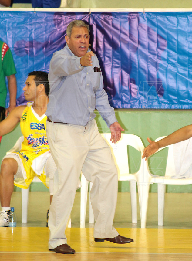 BUCARAMANGA -COLOMBIA, 26-03-2013. José Dilone, entrenador de Búcaros, gesticula durante partido de la fecha 20 de la Liga DirecTV de baloncesto profesional colombiano disputado en la ciudad de Bucaramanga./ Jose Dilone, Bucaros' coach, gestures during game of the date 20 of the DirecTV League of professional Basketball of Colombia at Bucaramanga city. (Photo:VizzorImage / Jaime Moreno / STR)............