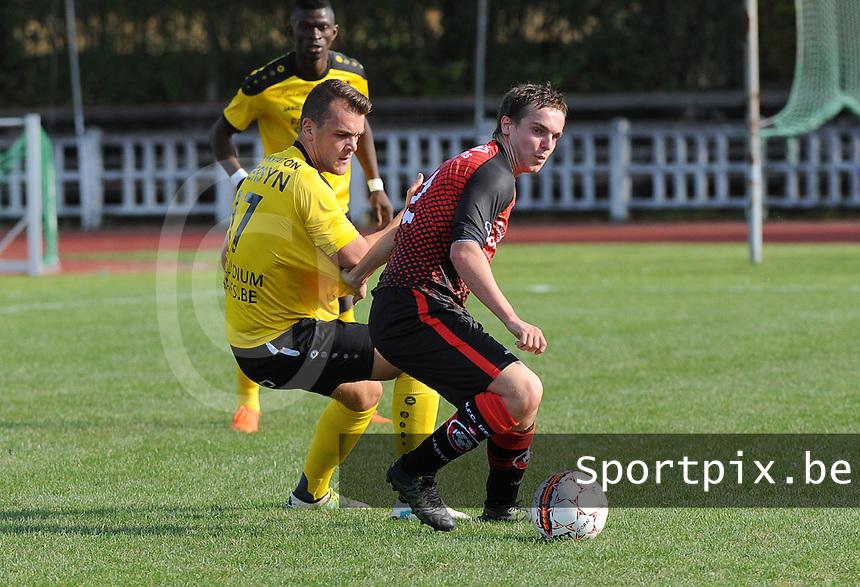 FC IZEGEM - SCT MENEN :<br /> stevig duel tussen Guillaume Meulebrouck (R) en Tibo Vandendriessche (L)<br /> <br /> Foto VDB / Bart Vandenbroucke
