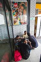 SERBIEN, 08.2016, Subotica. Internationale Fluechtlingskrise: An der mit Zaeunen abgesperrten ungarischen Grenze stauen sich Fluechtlinge und Migranten. Sie laufen auch durch die Hauptstadt der Wojwodina, die Zettel mit der Aufschrift &bdquo;Keine Camping-Zone&ldquo; aufgeh&auml;ngt hat. | International refugee crisis: Refugees and migrants have been piling up at the fenced-off Hungarian border. They are also strollting the capital of the Vojvodina province, which has put up warnings reading &bdquo;No camping zone&ldquo;. <br /> &copy; Szilard V&ouml;r&ouml;s/EST&amp;OST