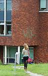Foto: VidiPhoto<br /> <br /> KESTEREN - De vestiging van het reformatorische Van Lodenstein College (VLC) in Kesteren heeft vier kledingcoaches aangesteld. Deze coaches gaan meisjes aanspreken als ze te korte rokjes aan hebben. In een brief heeft de schoolleiding de ouders van leerlingen hiervan op de hoogte gesteld. De kledingcoaches zullen volgens deze brief voor 'een stukje bewustwording' gaan zorgen en afspraken maken met de scholieren over ongewenste kleding. Kinderen die zich niet aan de voorschriften houden moeten samen met hun ouders op gesprek komen. Volgens de school  moeten de kledingcoaches niet als modepolitie worden beschouwd. Foto: Leerlingen met korte rokjes op het Van Lodenstein College in Kesteren.