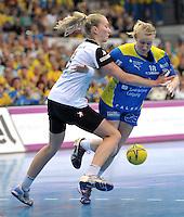 Handball Bundesliga Frauen - Playoff Finale um die deutsche Meisterschaft. Zum Hinspiel empfängt der Handballclub Leipzig (HCL) den Thüringer HC (THC). .IM BILD: Nadeshda Nadgornaja (l., THC) gegen Saskia Lang (HCL) .Foto: Christian Nitsche