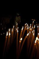 Francia, Camargue, Saintes Maries de la mer: la festa gitana in onore di Santa Sara la Nera, che si tiene ogni anno il 24 e 25 maggio. Il rituale prevede il trasporto della statua della santa dal mare alla terraferma e poi festeggiamenti con canti e balli. Nell'immagine: candele accese di fronte alla statua di Santa Sara la nera nella cripta buia.<br /> Feast of the Gypsies, May 25 veneration of Saint Sarah the black Saintes Maries de la Mer, Camargue,