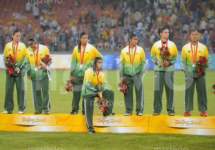 Olympia 2008  Peking  Fussball  Frauen   21.08.2008 Brasilien - USA MARTA (Mitte, BRA) steht zwischen ihren Mitspielerinnen enttaeuscht nach der Siegerehrung. Brasilien gewinnt die Silbermedaille.