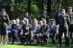 Foto: VidiPhoto<br /> <br /> RHENEN &ndash; Ter gelegenheid van het 100-jarig bestaan van het Korps Nationale Reserve is maandag op Erebegraafplaats De Grebbeberg in Rhenen het monument &ldquo;Als &rsquo;t moet&rdquo; onthuld door commandant kolonel Gerard van der Thiel van oud-generaal Willem Loos van het Eerste Legerkorps. Het beeld toont symbolisch de bereidheid van de burger (an met spade in de grond en geweer op de rug) om bij dreiging de overheid hulp te bieden. De voorloper van de Natres, de Vrijwillige Landstorm, is opgericht bij het uitbreken van de Eerste Wereldoorlog in 1914. In de meidagen van 1940 vochten velen Landstormers tegen de Duitsers. Op de Grebbeberg liggen er enkele tientallen begraven. Foto: De generaals en commandanten buiten dienst.