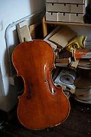 """Il laboratorio del liutaio Carlos Roberts. The laboratory of the luthier Carlos Roberts..Consorzio Liutai """"Antonio Stradivari"""". The Consortium of Violinmakers."""