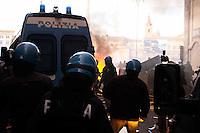 Roma 14 Dicembre 2010.<br /> Manifestazione contro il Governo Berlusconi. I manifestanti assaltono i mezzi della polizia a via del Corso<br /> Rome December 14, 2010.<br /> Demonstration against the Berlusconi government. Protesters attack police  at Corso Rinasciamento