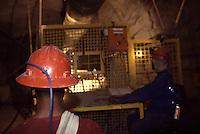 SUDAFRICA - Kimberley, miniera di diamanti di Bultfontein ( Miniere De Beers): due minatori di spalle al lavoro nella miniera.