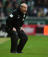 FUSSBALL   1. BUNDESLIGA   SAISON 2012/2013    24. SPIELTAG SV Werder Bremen - FC Augsburg                           02.03.2013 Trainer Thomas Schaaf (SV Werder Bremen) engagiert an der Seitenlinie