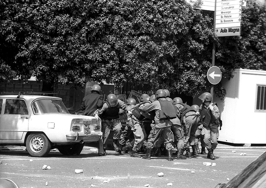 Roma Maggio 1988.Le forze dell' Ordine entrano all'Università La Sapienza, per disperdere una manifestazione di studenti,vicino alla Facolta di Fisica ma vengono respinti dagli studenti.Rome May 1988.The police enter to the  the University La Sapienza, to disperse a student demonstration near the Faculty of Physics, but are rejected by students