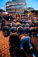 Roma 17 Gennaio 2009.Manifestazione Nazionale Contro il massacro a Gaza.People pray during the demonstration against Israel's military operations in the Gaza Strip .La preghiera dei manifestanti rivolti verso la Mecca