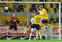 Fussball, 2. Bundesliga, Saison 2011/12, SG Dynamo Dresden - Vfl Bochum, Montag (12.09.11), gluecksgas Stadion, Dresden. Dresdens Muhamed Subasic (re.) erziehlt das Tor zum 1:0.