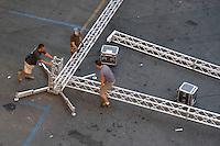 Operai mentre lavorano al montaggio di un palco per un concerto musicale. .Workers during  preparing  a stage for a concert.