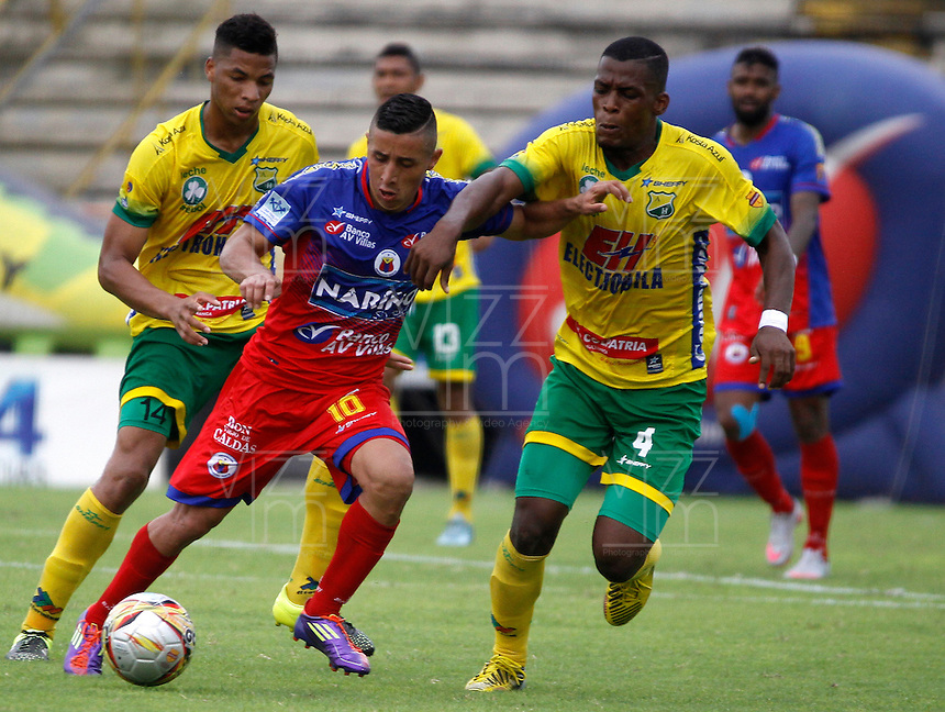 NEIVA - COLOMBIA -13 - 03 - 2016: Manuel Berrio (Der.) jugador de Atletico Huila disputa el balón con Cleider Alzate (Izq.) jugador de Deportivo Pasto, durante partido entre Atletico Huila y Deportivo Pasto, por la fecha 9 de la Liga Aguila, I 2016 en el estadio Guillermo Plazas Alcid de Neiva. / Manuel Berrio (R), player of Atletico Huila vies for the ball with Cleider Alzate (L) player of Deportivo Pasto, during match between Atletico Huila and Deportivo Pasto, for the date 9 of the Liga Aguila I 2016 at the Guillermo Plazas Alcid Stadium in Neiva city. Photo: VizzorImage  / Sergio Reyes / Cont.