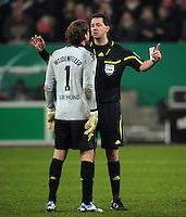 FUSSBALL   DFB POKAL   SAISON 2011/2012  ACHTELFINALE  Fortuna Duesseldorf - Borussia Dortmund              20.12.2011 Torwart Roman Weidenfeller (li, Borussia Dortmund) reklamiert bei Schiedsrichter Manuel Graefe (re)
