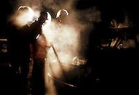 Roma.  Vigili del Fuoco Tuscolano II  .Un Vigili del fuoco intervengono durante un incendio di una automobile.Rome.  Firefighters Tuscolano II.Firefighters Battling .car fire.