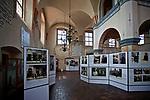 Wystawa kolekcji fotografii Żyd&oacute;w polskich pt. &quot;I ciągle widzę ich twarze&quot; w Wielkiej Synagodze w Tykocinie, Polska<br /> Exhibition of photographs of Polish Jews. &quot;I still see their faces&quot; at the Jewish Synagogue in Tykocin, Poland