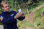 Foto: VidiPhoto<br /> <br /> ARNHEM - Burgers' Zoo in Arnhem probeert zaterdag op Dierendag de liefde voor dieren over te brengen op een groot publiek. Dat gebeurt via een actie op Twitter, waarbij dierverzorgers zichzelf via een mobieltje met een dier op de foto zetten. Bedoeling is dat iedereen in Nederland datzelfde doet, met welk dier dan ook. Dat mag ook een huisdier zijn. Exact om tien uur 's morgens stuurden de verzorgers van de Arnhemse dierentuin de eerste selfies via Twitter de wereld in via #dierenselfie. Burgers' sluit hiermee aan de wereldwijde actieweek voor dieren, die ook via Twitter de nodige aandacht krijgt: #animalweek