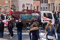 Roma 19 Febbraio 2015<br /> Hooligan olandesi  in Piazza di Spagna , dove si sono riuniti circa 500 tifosi olandesi del Feyenoord, in vista della partita che si svolger&agrave; stasera allo stadio Olimpico contro la Roma. <br /> Tifoso del Feyenoord sale su un automezzo  AMA<br /> Rome February 19, 2015<br /> Dutch hooligan in Piazza di Spagna, where gathered about 500 Dutch fans of Feyenoord, in view of the match that will take place tonight at the Olympic Stadium against Roma.<br /> Fan Feyenoord boards a vehicle AMA