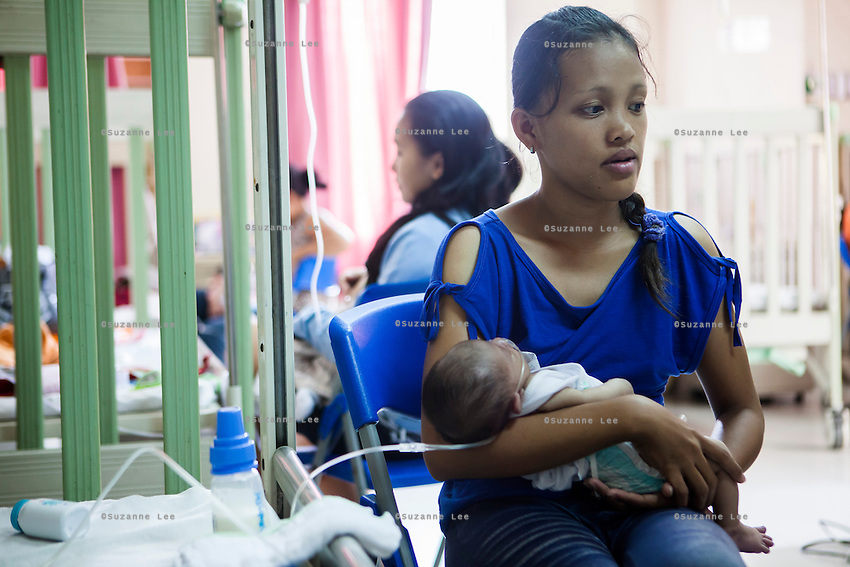 Maricris Bobis, 24, holds her one-month-old son Mark Ravier, who has been breastfed and formula-fed alternately, in the Florencio V. Memorial Hospital in Paranaque city, Metro Manila, The Philippines on 19 January 2013. Photo by Suzanne Lee for Save the Children UK