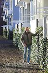 Foto: VidiPhoto<br /> <br /> DEN HELDER - Medewerkers van tuincentrum Hollander BV uit Breezand plaatsen plaatst honderden meters groene hagen voor en achter de flats aan de Marsdiepstraat in Den Helder. De altijd groene hagen zijn een vinding van Groenspecialist Mobilane uit Leersum.