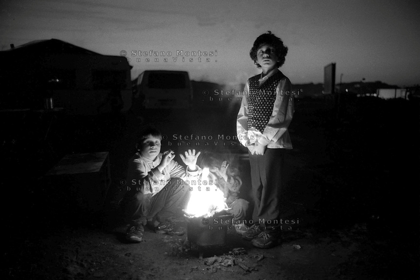 Rome  1999.Children warm up before the fire, Bosnian rom, in the Rom's camp  Casilino 700.
