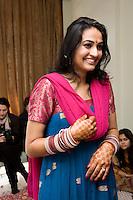 Delhi, India, 20 gennaio 2011. Matrimonio di Sumedha e Sapan. Sumedha il mattino del matrimonio, durante le celebrazioni propiziatorie a casa della sposa.