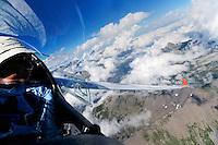 Segelfliegen in den Seealpen: EUROPA, FRANKREICH, HAUT ALPES (EUROPE), 12.08.2013: Pilot blickt aus einem Segelflugzeug in den franzoesischen Seealpen.