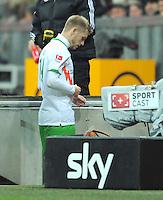 FUSSBALL   1. BUNDESLIGA  SAISON 2011/2012   15. Spieltag FC Bayern Muenchen - SV Werder Bremen        03.12.2011 geht nach der Rote Karte vom Platz Aaron Hunt (re, SV Werder Bremen)