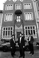Milano: comunita' LUBAVITCH, studenti di Yeshiva' davanti a.MERKOS L'INIONEI CHINUCH (centro di educazione) esatta riproduzione della casa madre di New York - Ne esistono 4 al mondo.Milan: LUBAVITCH community, Yeshiva' students in front of the education center MERKOS L'INIONEI CHINUCH, that is the exact reproduction of the mother house in New York (there are only 4 existing in the world).