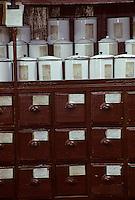 Asie/Chine/Jiangsu/Env Nankin&nbsp;: March&eacute; libre de la rue Shan-Xi - Pharmacie traditionnelle - D&eacute;tail des tiroirs et des bocaux<br /> PHOTO D'ARCHIVES // ARCHIVAL IMAGES<br /> CHINE 1990