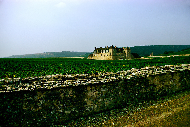 France: Chateau du Clos de Vougeot in Burgundy wine area..Photo Copyright Lee Foster, 510/549-2202, lee@fostertravel.com, www.fostertravel.com...Photo #: frburg101