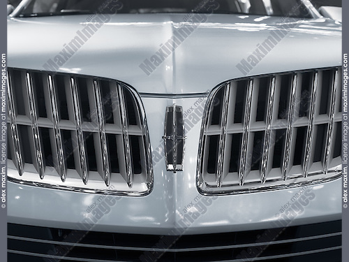 Closeup of Lincoln emblem on the front of 2010 silver Lincoln MKT Crossover