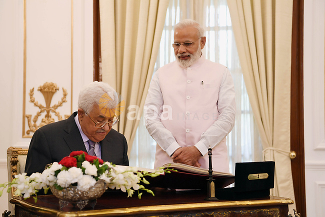 Palestinian President Mahmoud Abbas meets with Indian Prime Minister Narendra Modi in New Delhi on May 16, 2107. Palestinian President Mahmoud Abbas is on a four-day state visit to India until May 17. Photo by Thaer Ganaim