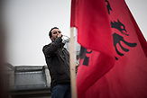 Dadan Molliqaj von der nationalistischen Oppositionspartei Vetevendosje (Selbstbestimmung) spricht der Polizei ein Ultimatum aus, um die Demonstranten vor das Parlamentsgebäude zu lassen. Das Kosovo wird von den schwersten Ausschreitungen seit der Unabhängigkeit 2008 heimgesucht. Die Proteste richten sich gegen die Regierung von Premierminister Isa Mustafa. Dabei spielen antiserbische Ressentiments eine wichtige Rolle. / The most severe riots since Kosovo's independence in 2008 took place in Pristina. The protests are directed against Prime minister Isa Mustafa. Anti-Serbian-resentments play an important role.