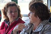 Gedeputeerden Rinkske Kruizinga van Noord-Holland (links) en Tineke Schokker van Fryslân met elkaar in gesprek in de bus tijdens het werkbezoek van deltacommissaris Wim Kuijken aan Ameland.