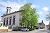 links: Evangelische Pfarrkirche (1827-29) im klassizistischen Stil, Architekt Augustin Wetter; rechts hinter dem Fachwerkhaus: Kath. Pfarrkirche St. Philippus und Jakobus (1772-75)