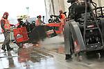 Foto: VidiPhoto<br /> <br /> DOESBURG &ndash; Met een gezamenlijk vermogen van 360 pk ploegt een konvooi van 6 zware Husqvarna wegenzagen vrijdagmiddag dwars door het wegdek van de hoofdrijbaan van de IJsselbrug in Doesburg. In recordtijd dient over een lengte van 750 meter het versleten betondek 20 centimeter diep doorgezaagd te worden. Maar liefst 550 ton puin wordt afgevoerd en de rijbaan wordt meteen van een nieuwe laag asfalt voorzien. Mede vanwege de tijdsdruk koos betonzaagbedrijf Wiha BV uit Dinxperlo voor de op dit moment meest geavanceerde diamantzaagmachines met emissiearme dieselmotoren. In maximaal 9 uur dient de megazaagklus geklaard te zijn. Het werk maakt deel uit van een totale renovatie van de IJsselbrug (1951), waar dagelijks 20.000 voertuigen overheen rijden. Vanaf 19 februari is de brug weer geheel beschikbaar voor het verkeer. Tijdens de brugrenovatie is een fietspad beschikbaar voor hulpdiensten en openbaar vervoer. Het werk aan de hele brug duurt totaal 10 maanden en kost 4,3 miljoen euro. In juli 2016 moet alles klaar zijn.