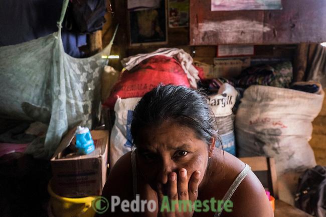 25 noviembre 2014. <br /> La familia de Ovidio Xol, cuya desaparici&oacute;n supuestamente est&aacute; relacionada con la hidroel&eacute;ctrica Renace. En Cob&aacute;n (Guatemala) la hidroel&eacute;ctrica espa&ntilde;ola Renace se ha instalado con amenazas a la poblaci&oacute;n y falsas promesas de desarrollo para la zona. La compa&ntilde;&iacute;a tambi&eacute;n ha prohibido el acceso al r&iacute;o Cahab&oacute;n para miles de personas y no ha respetado la estrecha relaci&oacute;n de los indios mayas con el medio ambiente. Renace es una empresa guatemalteca, pero ha dado el contrato de la construcci&oacute;n de la hidroel&eacute;ctrica a la empresa espa&ntilde;ola Cobra (FCC). El proyecto ha dividido a la poblaci&oacute;n entre partidarios y detractores. &copy;Calamar2/ Pedro ARMESTRE<br /> <br /> The family of Ovidio Xol, he is missed because he was against the hydroelectric Renace. In Coban, place located in Guatemala, the hydroelectric Renace has been installed with threats to the population and false promises of development for the area. The company has also forbidden the access to the river for thousands of people and has no respected the close relationship of the Maya Indians with environment. Renace is a Guatemaltecan company but has given the contract of the  construction of the hydroelectric to the spanish company Cobra. The project has divided the population and has caused riots. The project has very close families that live in extrem poverty. They are people that leave close to the hydroelectric but they don&rsquo; t have electricity at home. &copy;Calamar2/ Pedro ARMESTRE