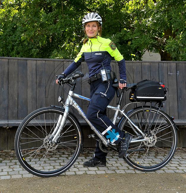 Die Leipziger Polizei stellt ihre erste Fahrradstreifen Staffel am Bundesverwaltungsgericht vor - eine Fahrradpolizistin mit ihrem maßgeschneiderten Rad. Foto: Norman Rembarz