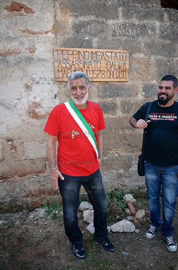 il sindaco di Messina Renato Accorinti nei pressi del casolare dove venne ucciso Peppino Impastato.<br />  Renato Accorinti, mayor of Messina, in the place where Peppino Impastato was murdered