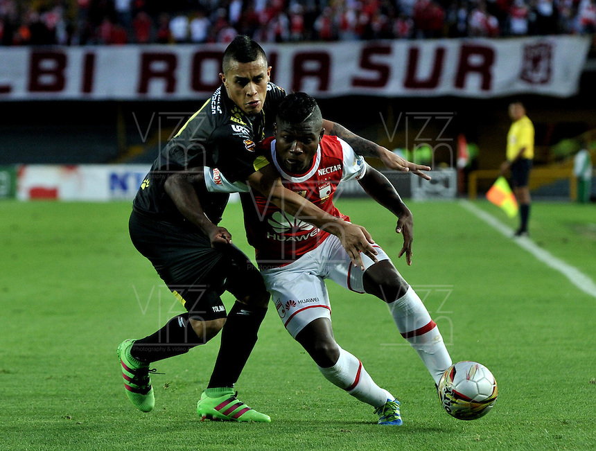 BOGOTA - COLOMBIA - 24-04-2016: William Palacio (Der.) jugador de Independiente Santa Fe disputa el balón con Juan Rios (Izq.) jugador de Alianza Petrolera, durante partido por la fecha 14 entre Independiente Santa Fe y Alianza Petrolera, de la Liga Aguila I-2016, en el estadio Nemesio Camacho El Campin de la ciudad de Bogota.  / William Palacio (R) player of Independiente Santa Fe struggles for the ball with con Juan Rios (L) player of Alianza Petrolera, during a match of the date 14 between Independiente Santa Fe and Alianza Petrolera, for the Liga Aguila I -2016 at the Nemesio Camacho El Campin Stadium in Bogota city, Photo: VizzorImage / Luis Ramirez / Staff.