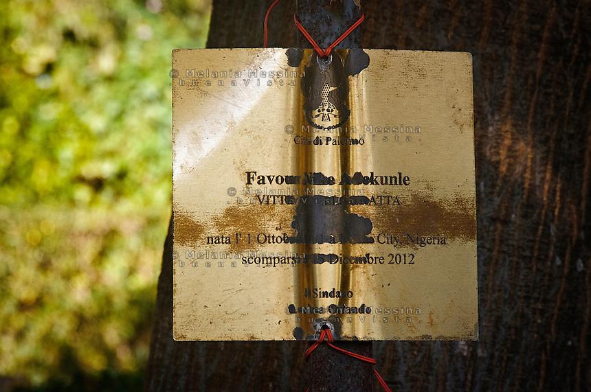 Targa dedicata a Nike Favour Adekunle, vittima della tratta, uccisa a 20 anni.<br /> Plaque dedicated to Nike Favour Adekunle, victim of human trafficking, killed at the age of 20.