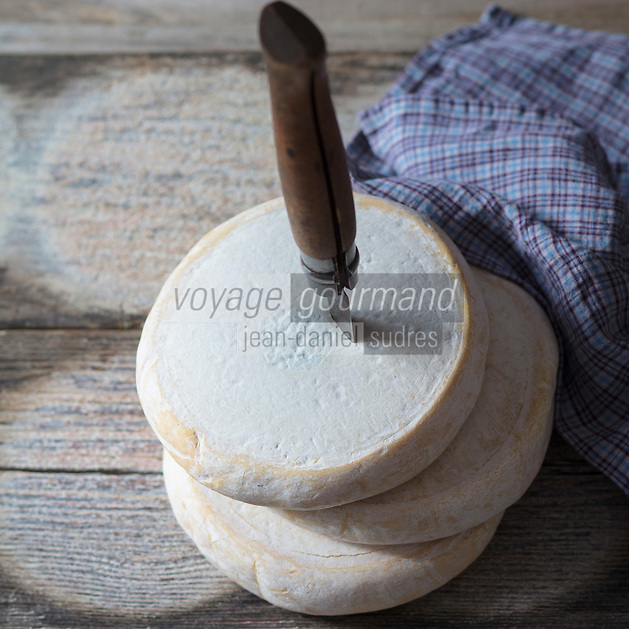AOP Reblochon fermier au lait cru des Savoies<br /> PDO Reblochon farmer with ,raw milk of Savoies <br />  - Stylisme : Val&eacute;rie LHOMME