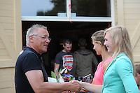 FIERLJEPPEN: GRIJPSKERK: 17-08-2013, 1e Klas wedstrijd, FLB voorzitter Jouke Jansma, Klaske Nauta en Hilianne van der Wal, ©foto Martin de Jong