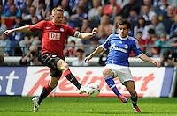 FUSSBALL   1. BUNDESLIGA   SAISON 2011/2012   33. SPIELTAG FC Schalke 04 - Hertha BSC Berlin                         28.04.2012 Christian Lell (Hertha BSC Berlin) gegen Jose Manuel Jurado (re, FC Schalke 04)
