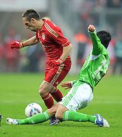 FUSSBALL   1. BUNDESLIGA  SAISON 2011/2012   19. Spieltag FC Bayern Muenchen - VfL Wolfsburg      28.01.2012 Makoto Hasebe (re, VfL Wolfsburg) gegen Franck Ribery (FC Bayern Muenchen)