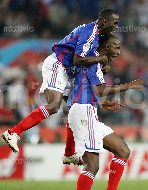 Fussball WM 2006  Gruppenspiel  Vorrunde  Togo - Frankreich Jubel nach dem 0:1: Claude MAKELELE und Torschuetze Patrick VIEIRA (re, beide FRA)