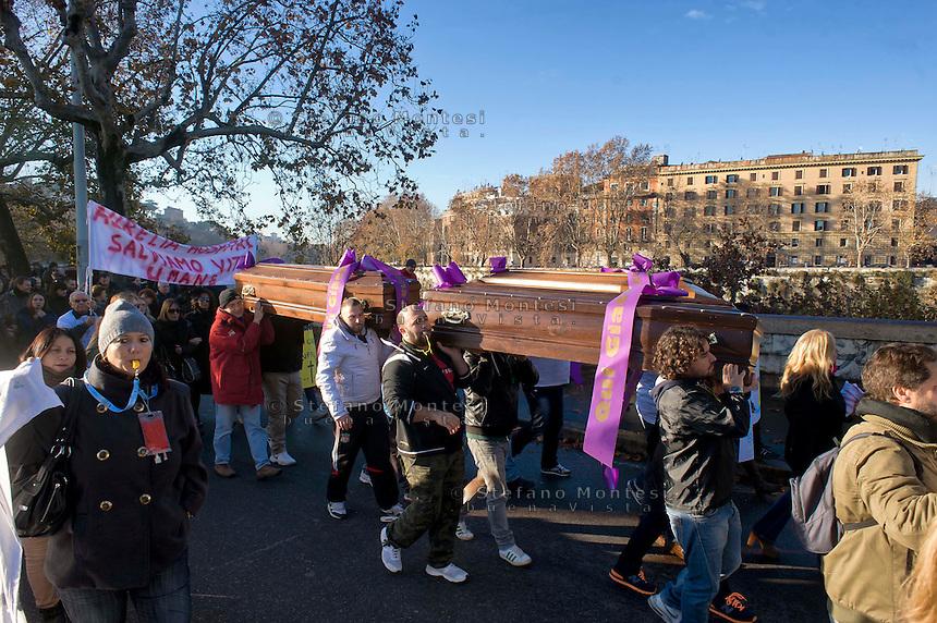 Roma, 17 Dicembre 2014<br /> Manifestazione di lavoratori della sanit&agrave;, a rischio  licenziamento dell' Aurelia Hospital, della European Hospital e della casa di Cura Citt&agrave; di Roma. Circa 160 lavoratori saranno licenziati  e altri 2000 lavoratori rischiano il licenziamento perch&egrave; la Regione Lazio ha tagliato i  fondi per le prestazioni salvavita. I lavoratori fanno il funerale alla sanit&agrave;<br /> Rome, December 17, 2014<br /> Demonstration by health workers, at risk of dismissal of the Aurelia Hospital, the European Hospital and Home Care City of Rome. About 160 workers will be laid off and another 2000 workers risk dismissal because the Lazio Region has cut funds for life-saving performance. The workers make the funeral to the Health