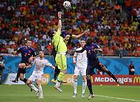 FUSSBALL WM 2014  VORRUNDE    Gruppe B     Spanien - Niederlande                13.06.2014 Robin van Persie (4. vl.) bedraengt Torwart Torwart Iker Casillas (Mitte, Spanien) und legt somit zum 1:3 fuer Stefan de Vrij (li, Niederlande) auf.