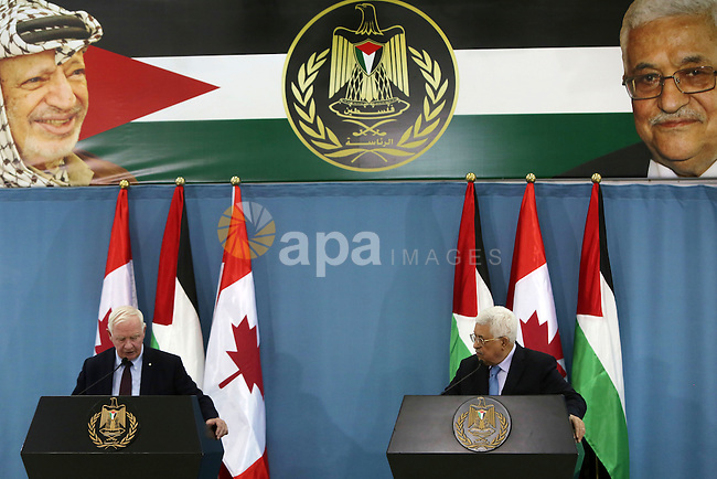 Palestinian President Mahmoud Abbas and Canada's Governor General David Johnston attend a joint news conference in the West Bank city of Ramallah November 4, 2016. Photo by Shadi Hatem